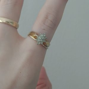 Jewelry - Gold coloured ring, size 5